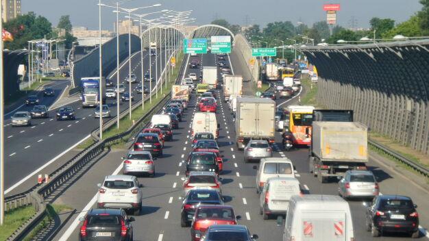 Poranne utrudnienia na S8. Zepsuta ciężarówka i kolizja dwóch aut