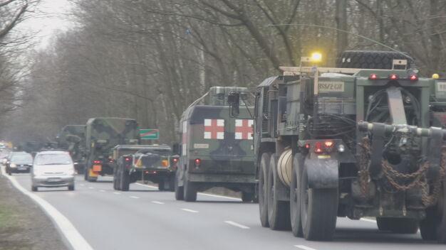 Wojska NATO wyruszyły z Wesołej. Działa, cysterny, terenowe hummery